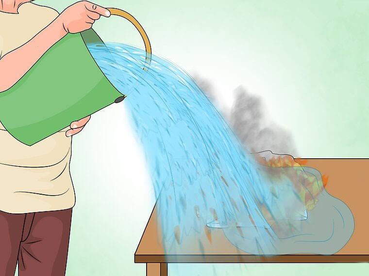 Koristiti vodu kako biste ugasili požar